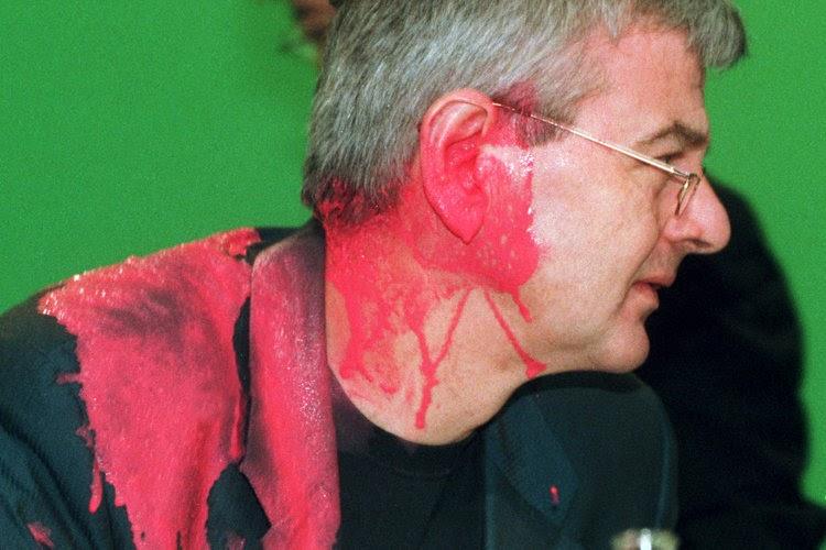 Joschka Fischer (Grüne), kurz nachdem er auf dem Sondersparteitag der Grünen zum Kosovo-Krieg am 13.05.1999 in Bielefeld von einem Farbbeutel getroffen wurde. Der Bundesaußenminister erlitt dabei einen Riss im Trommelfell und musste in einer Klinik behandelt werden. Der Attentäter Samir Fansa wurde am 21.12.2000 zu einer Geldstrafe von 3.600 Mark verurteilt. +++(c) dpa - Report+++